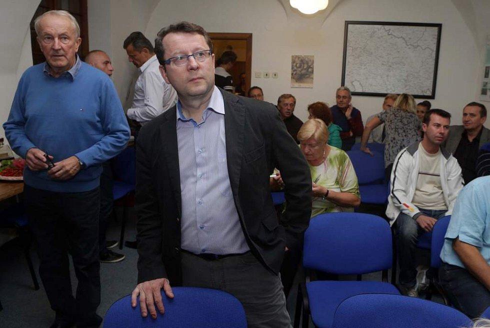 Lídr ČSSD Antonín Staněk sleduje ve štábu strany výsledky komunálních voleb 2014