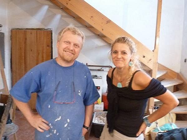 Autorka rozhovoru Janeta Benešová ze sdružení Čtvrtlístek navštívila autora pametní desky Zdenka Maninu přímo vjeho kladenské dílne