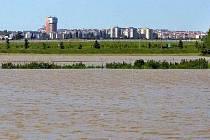 Vzedmutá řeka Morava u Olomouce. Ilustrační foto