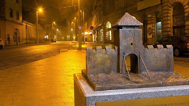 Opravená ulice 1. máje v Olomouci s modelem Hradské brány před hotelem Palác