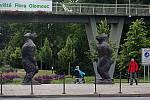 Festival Sculpture Line v Olomouci - dvě sochy lidoopů autora Liu Ruowang s názvem Original Sin u vstupu do Smetanových sadů