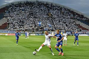 Utkání 8. kola první fotbalové ligy: SK Sigma Olomouc - FC Baník Ostrava 17. září 2021 v Olomouci. (zleva) Nemanja Kuzmanovič z Ostravy a Ondřej Zmrzlý z Olomouce.
