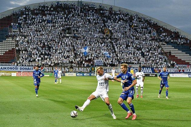 Utkání 8.kola první fotbalové ligy: SK Sigma Olomouc - FC Baník Ostrava 17.září 2021vOlomouci. (zleva) Nemanja Kuzmanovič zOstravy a Ondřej Zmrzlý zOlomouce.