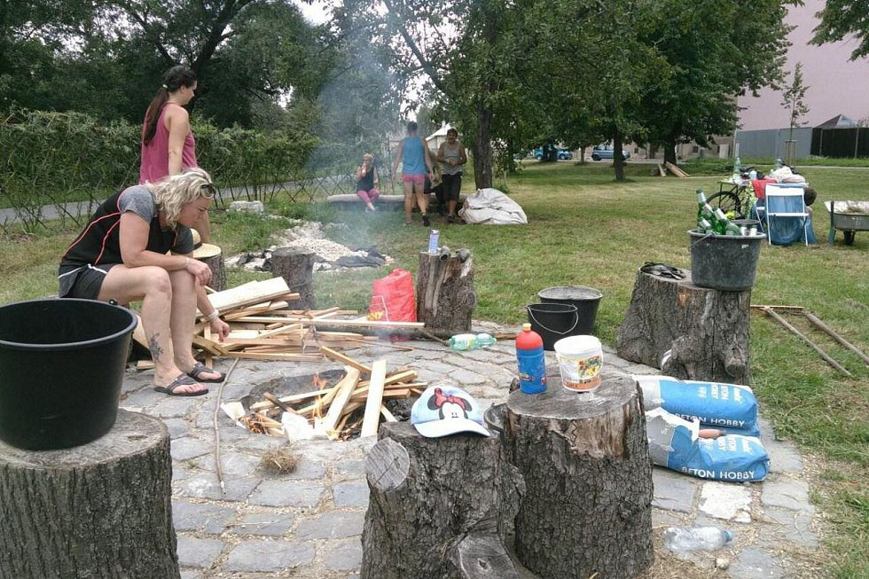 Obyvatelé Řepčína a Hejčína při veřejných brigádách na novém parčíku v sousedství cyklostezky u Mlýnského potoka