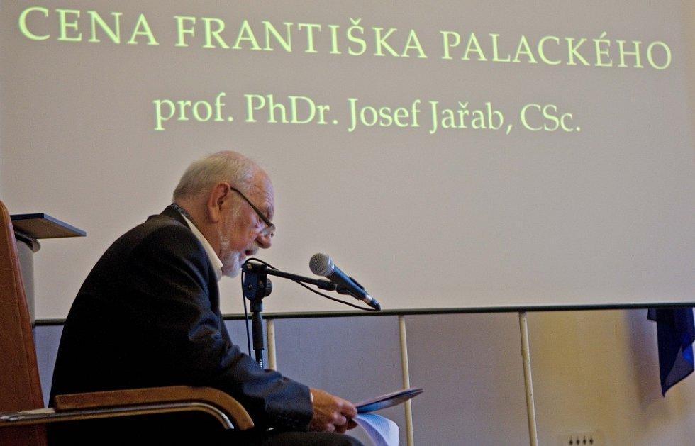 Emeritní rektor olomoucké vysoké školy Josef Jařab převzal Cenu Františka Palackého
