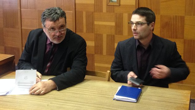 Ředitel tršické školy Jaromír Vachutka (vpravo) u olomouckého okresního soudu