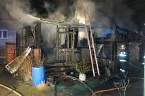 K požáru dřevěné chatky na ulici Kosmonautů v Litovli na Olomoucku vyjížděli v neděli 19. dubna profesionální i dobrovolní hasiči.