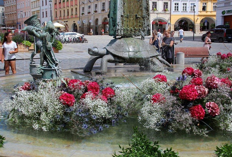 Květinové zdobení Arionovy kašny na Horním náměstí v Olomouci, 27. července 2021