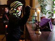 Skauti přinesli Betlémské světlo také do kostela Zvěstování Panny Marie na Dolním náměstí v Olomouci.