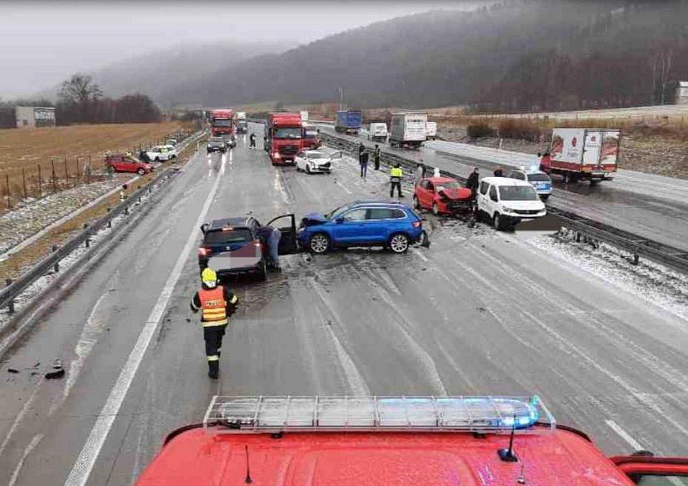 D1 mezi Lipníkem a Hranicemi. Tři hromadné nehody, 16. března 2021