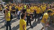 Fanoušci SFC Opava před hlavním nádražím v Olomouci