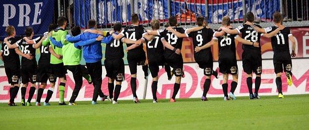 Plzeňští fotbalisté slaví sfanoušky