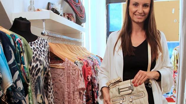 Značkovou menší kabelku krémové barvy věnuje do letošního ročníku Kabelového veletrhu olomoucká módní návrhářka Marta Musilová. Do oblíbené benefiční akce, která se koná 12. října, se zapojila už podruhé.