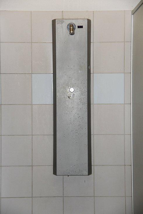 Sprchy fungují na žetony.