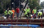 Betonování nového mostu v Komenského ulici v Olomouci. 19. července 2019