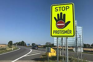 Dodatkové tabule Stop, jste v protisměru nově slouží pro varování řidičů na několika místech v Olomouckém kraji. Na snímku nájezd na D35 u Unčovic.