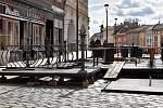 Zahrádka před cukrárnou Madlen na Dolním náměstí začala vznikat už v polovině března