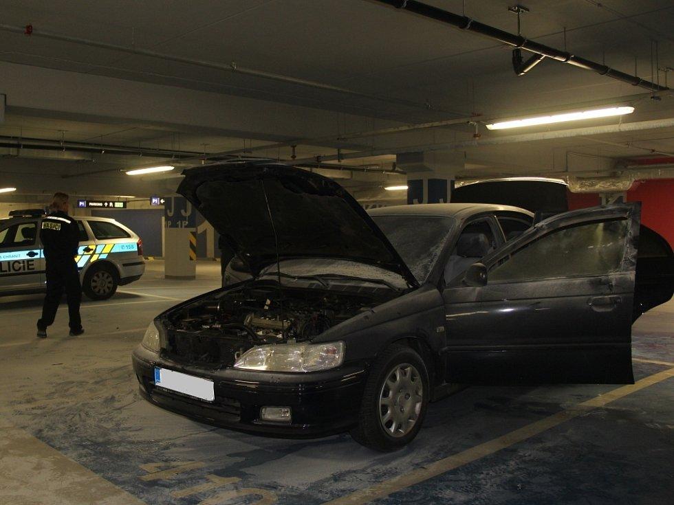 Následky požáru auta v podzemních garážích nákupní galerie Šantovka