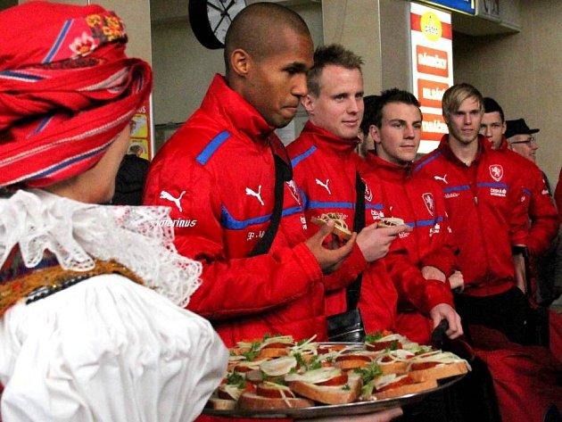 Přivítání fotbalové reprezentace tvarůžky ve vestibulu olomouckého hlavního nádraží