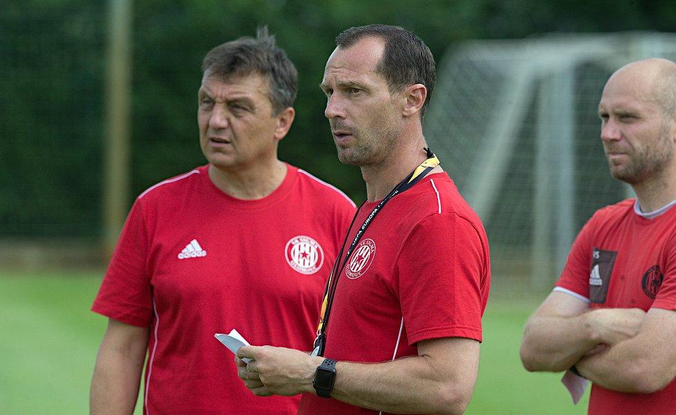 Trenér olomoucké Sigmy Radoslav Látal (uprostřed) a jeho asistent Jiří Neček (vlevo)