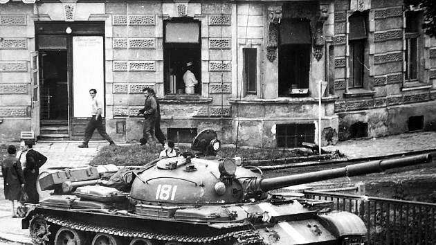 Sovětský tank na mostě přes Moravu v Olomouci v srpnu 1968