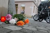 Na nároží olomouckého hotelu Gemo teď květiny a svíčky připomínají místo, kde byl zabit nožem jeden z taxikářů.