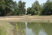 Cestu k jednomu z jezírek v budované horecké skalce si už našli turisté. Vodní plochu také obsadili noví obyvatelé.