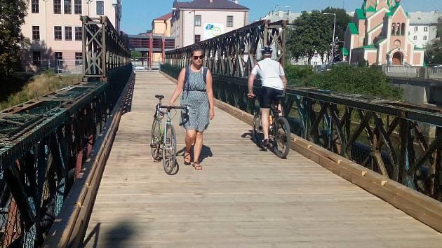 Lávka pro pěší přes Moravu u stavby mostu v Komenského ulici v Olomouci