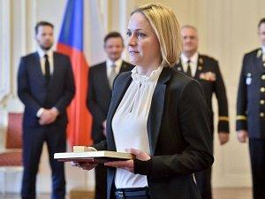 Učitelka mateřské školy v Jívové Darina Nešporová na Pražském hradě, kde od prezidenta Zemana převzala Zlatý záchranářský kříž
