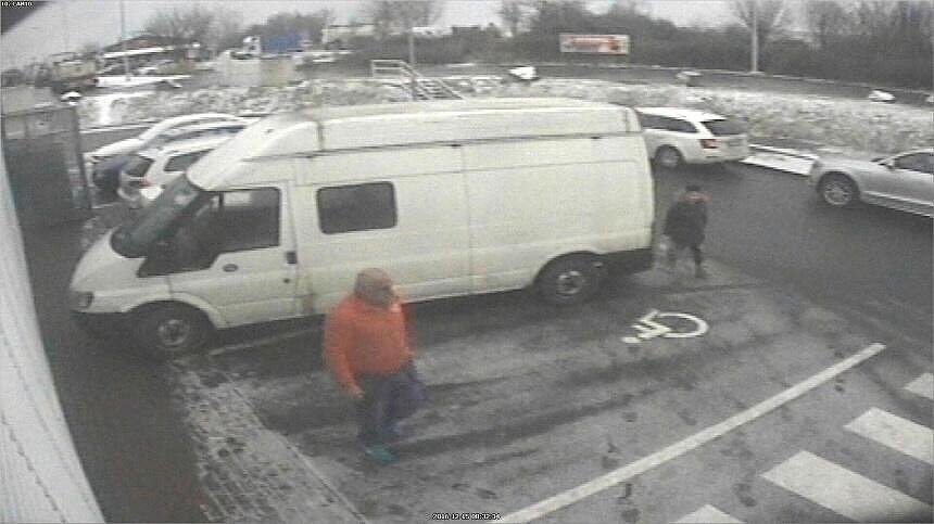 Kvůli ukradené pánské černé tašce se policisté shánějí po posádce vozidla Ford Transit, která se v místě krádeže pochybovala.