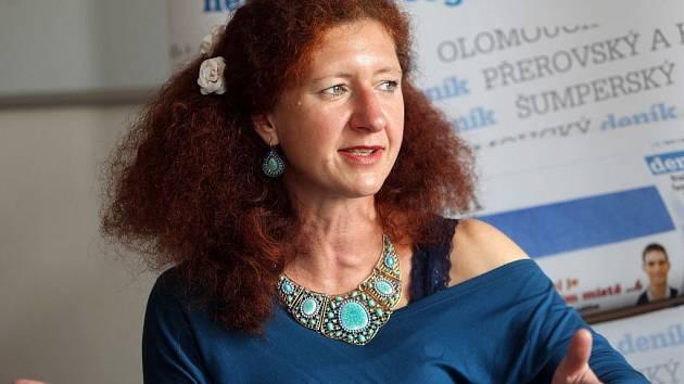 Muzikoterapeutka Lucie Čapková při on-line rozhovoru se čtenáři Deníku