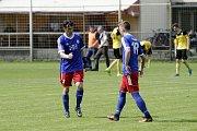 Fotbalisté Nových Sadů (ve žlutém) prohráli s Valašským Meziříčím 2:4Michal Kovář, hrající trenér Valašského Meziříčí