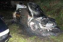 V Moravském Berouně hořela ve čtvrtek nad ránem dvě osobní vozidla značky opel.