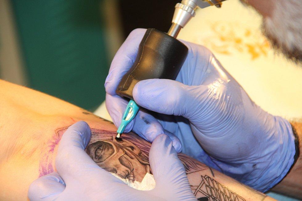 """Rozměrnější tetování vyžadují několik """"sezení"""" ve studiu."""