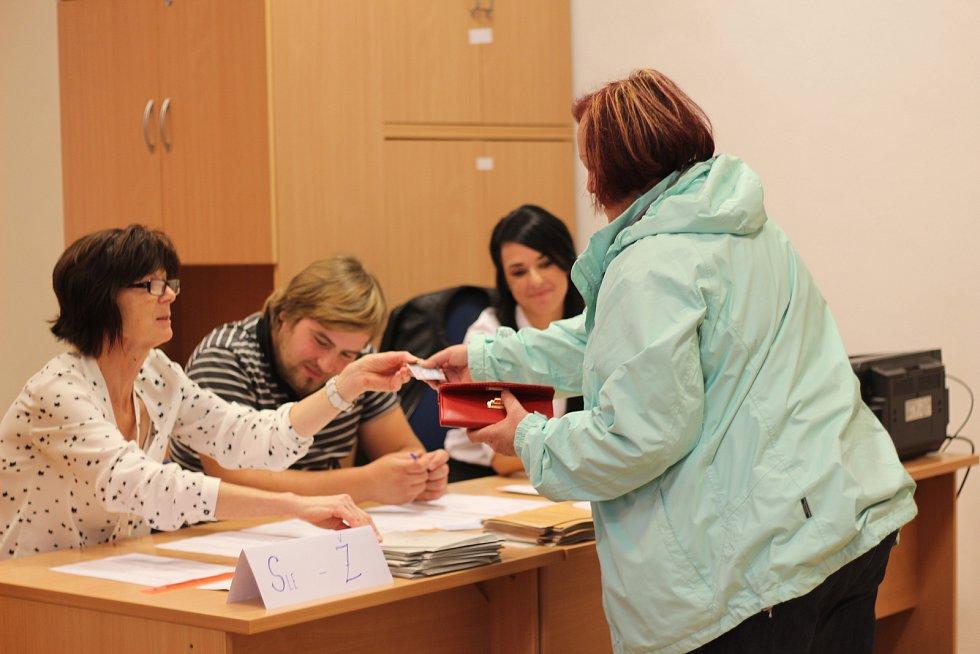 Volby v Uničově. Odbila druhá hodina a volební místnosti v SPŠ a SOU na Moravském náměstí v Uničově se pomalu začínají plnit