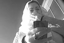 30. prosince 2015 byla ukradena kabelka v prodejně v Hynaisově ulici v Olomouci. Policisté nevylučují, že se pachatelka pokusila z odcizené platební karty o výběr peněz. Záběr z kamerového systému