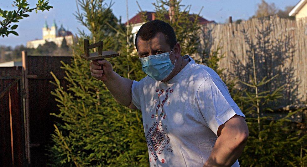 """Klapači v Droždíně se za nouzového stavu připojují k tradičnímu společnému """"hrkání"""" ze svých zahrad"""