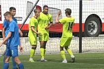 Olomoucký záložník Filip Uriča (v zeleném vlevo) vstřelil branku v přípravném utkání proti Slovensku.