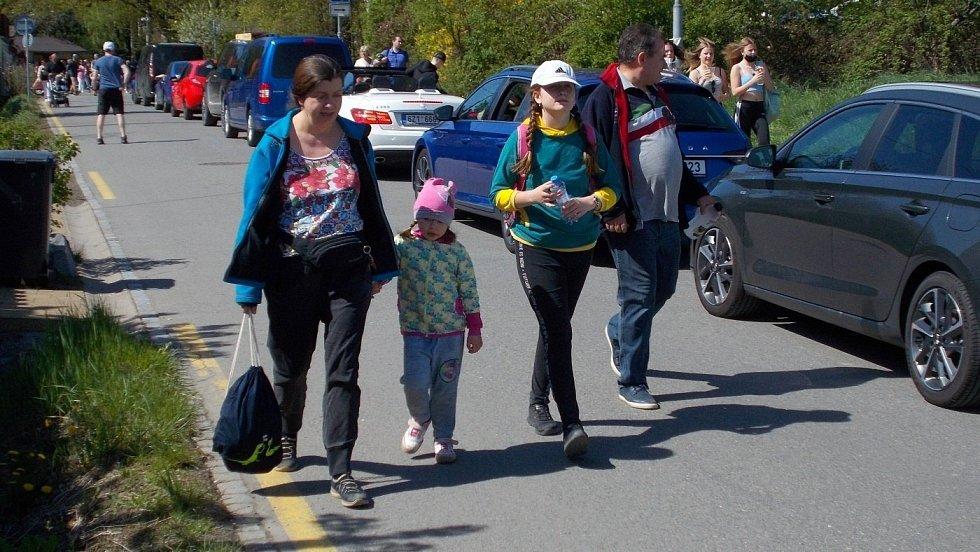 Fronta aut před parkovištěm u olomoucké zoo na Sv. Kopečku, nedělní odpoledne 9. května 2021
