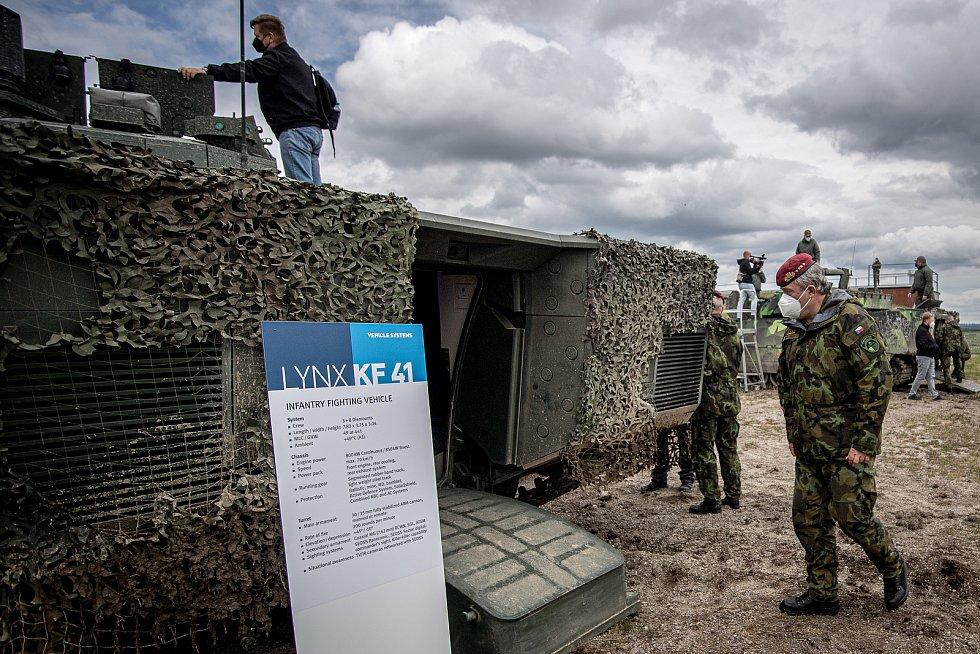 Náčelník Generálního štábu Armády ČR Aleš Opata si prohlíží obrněný vůz Lynx KF41 na mediálním dnu při testování bojových vozidel pěchoty (BVP) z tendru pro českou armádu ve vojenském prostoru Libavá, 27. května 2021.