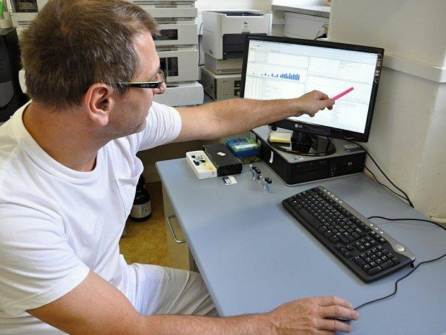 Olomoucká celně technická laboratoř zpracovává odebrané vzorky lihovin. Na fotce pracovník právě odhalil lihovinu se zdraví nebezpečným obsahem metanolu.