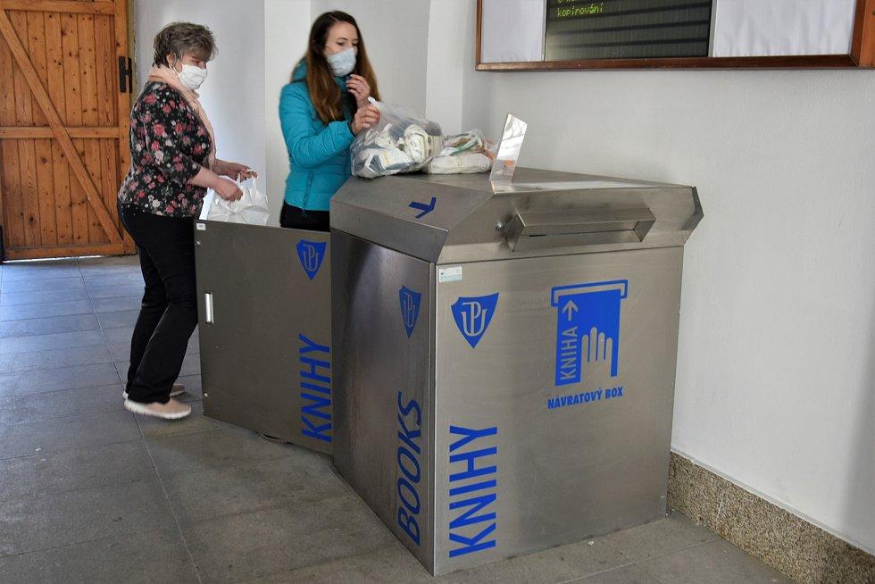 Bibliobox v prostorách infocentra Univerzity Palackého se v nouzovém stavu přeměnil na Rouškobox, 25. 3. 2020