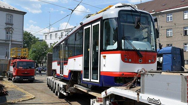 Dvě nové olomoucké tramvaje řady Vario z modernizačního programu dorazily do depa DPMO