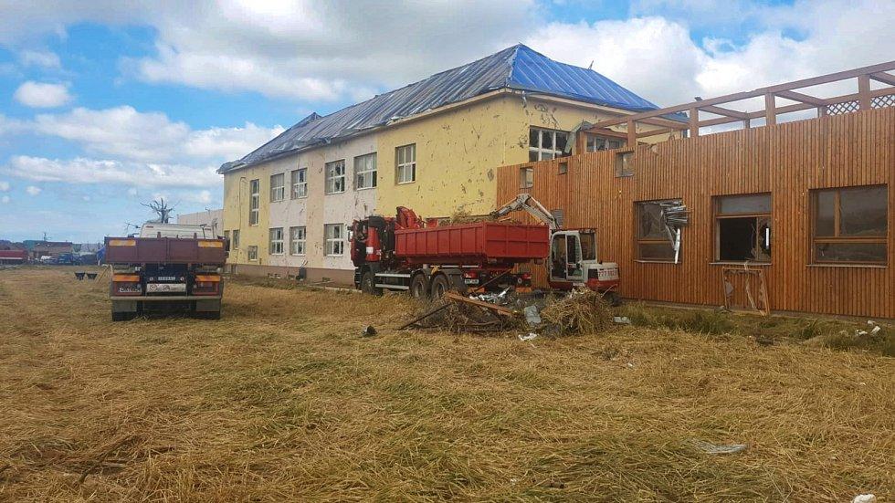 Hasičský záchranný sbor Olomouckého kraje má na jižní Moravě aktuálně 40 hasičů. Pomáhají v okolí základní školy v Moravské Nové Vsi.