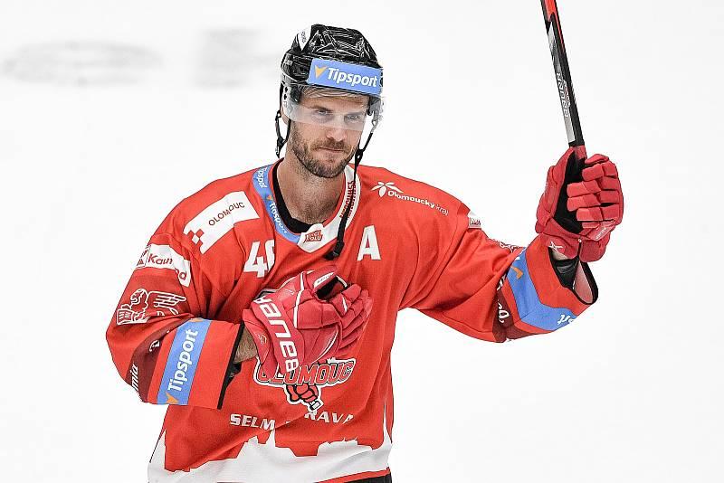 Utkání 1. kola hokejové extraligy: HC Olomouc - BK Mladá Boleslav, 10. září 2021 v Olomouci. David Krejčí z Olomouce děkuje fanouškům.n