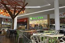 Prázdné prostory restaurací a kaváren v olomoucké Šantovce, 13. 3. 2020