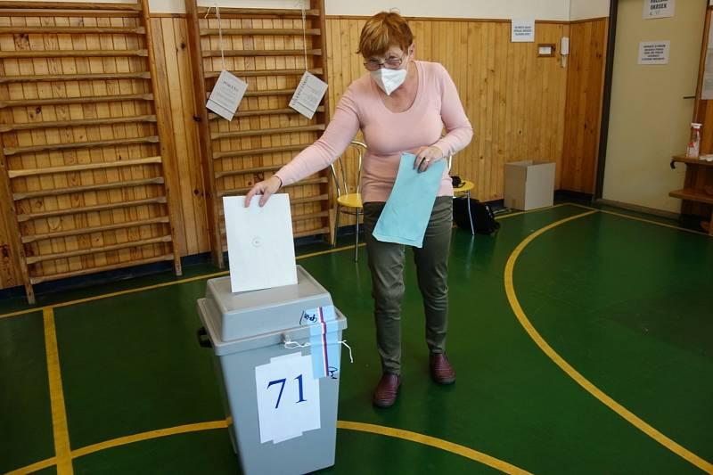 První volička v Olomouci - Černovíře (okrsek 71) Ivanka Dokoupilová, kterou hned následovaly desítky černovírských občanů. 8. října 2021