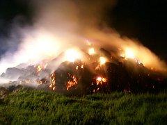 Požár stohu u sjezdu z dálnice na Hranice