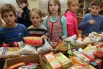 Trvanlivé potraviny, hračky nebo oblečení nosili do školy žáci a pedagogové ze základní školy na Tererově náměstí v Olomouci. Přispěli do Mikulášské sbírky, kterou pořádá obecně prospěšná společnost Maltézská pomoc.
