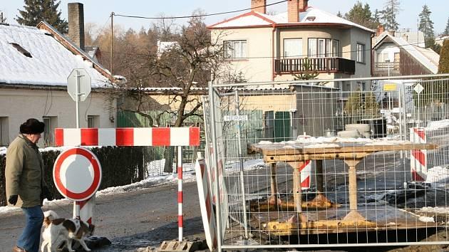Na začátku silnice vedoucí k zoo je zákaz vjezdu.